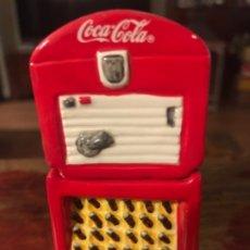 Coleccionismo de Coca-Cola y Pepsi: SALPIMENTERO NEVERA COCA-COLA VENDOLATOR. DOS PIEZAS. Lote 174647724