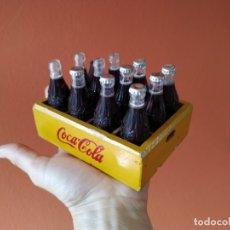 Coleccionismo de Coca-Cola y Pepsi: COCA COLA - CAJA CON 12 BOTELLAS EN MINIATURA, LA DE LA FOTO.. Lote 176158425