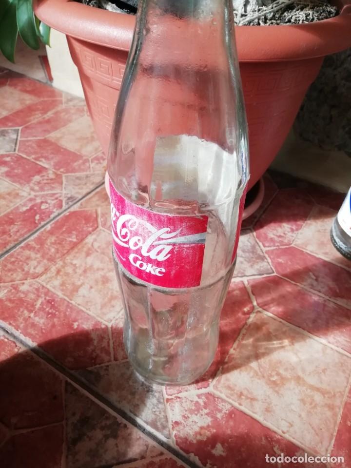 Coleccionismo de Coca-Cola y Pepsi: Antigua botella refresco gaseosa Coca Cola tapon rosca metalico litro años 80 y 90 - Foto 2 - 180275560