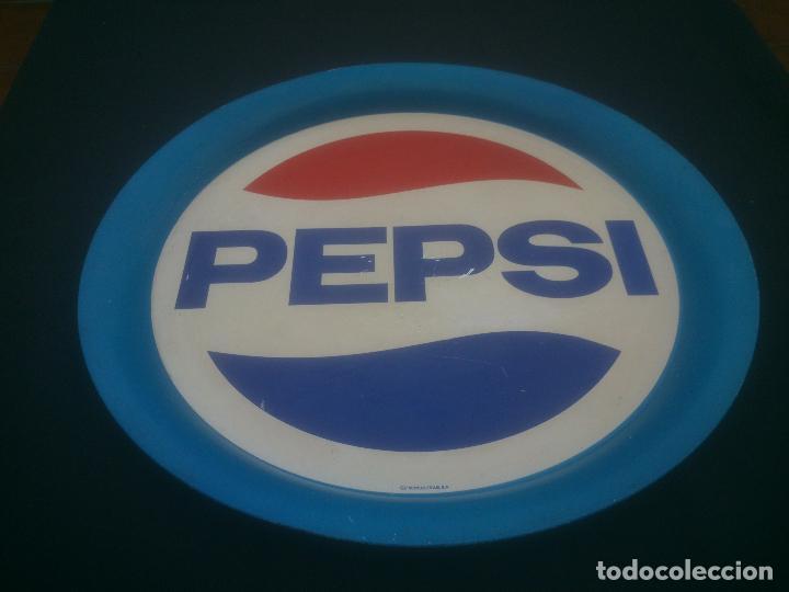 Coleccionismo de Coca-Cola y Pepsi: ANTIGUA BANDEJA METALICA DE PEPSI - ORIGINAL - LITOGRAFIA EN CHAPA - METALINAS SA - DIAMETRO 37,5 , - Foto 3 - 184317401