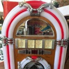 Coleccionismo de Coca-Cola y Pepsi: JUKE BOX COCA-COLA. DIGITAL. RADIO, USB, TARJETA SD, CD. CON LUZ. MADERA. SIN ESTRENAR.CLIENTES VIP. Lote 184450968