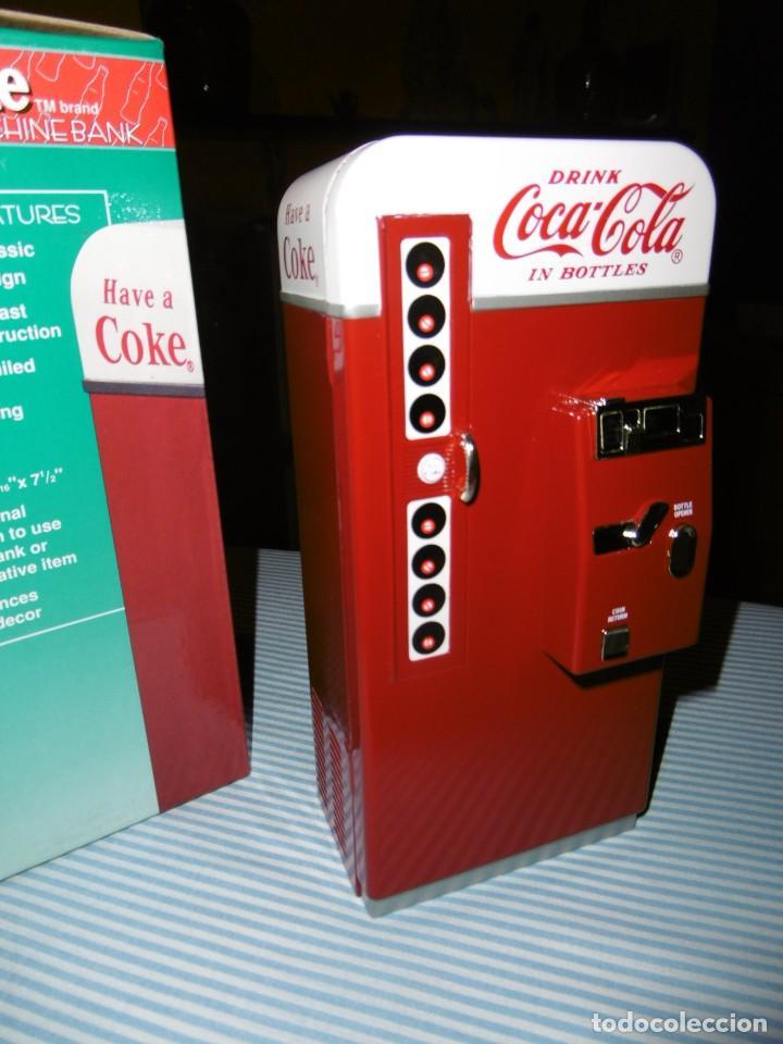 HUCHA COCA-COLA MÁQUINA VENDING CLÁSICA. METAL. ALTURA 19 CMS. CON CAJA ORIGINAL. (Coleccionismo - Botellas y Bebidas - Coca-Cola y Pepsi)