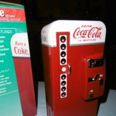 Coleccionismo de Coca-Cola y Pepsi: HUCHA COCA-COLA MÁQUINA VENDING CLÁSICA. METAL. ALTURA 19 CMS. CON CAJA ORIGINAL.. Lote 184653627