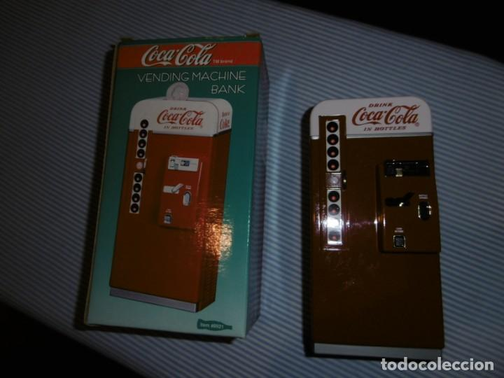 Coleccionismo de Coca-Cola y Pepsi: HUCHA COCA-COLA MÁQUINA VENDING CLÁSICA. METAL. ALTURA 19 CMS. CON CAJA ORIGINAL. - Foto 3 - 184653627