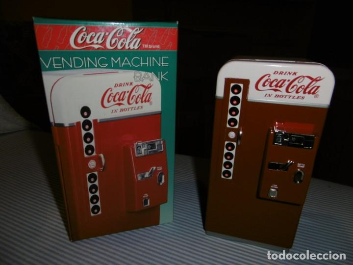 Coleccionismo de Coca-Cola y Pepsi: HUCHA COCA-COLA MÁQUINA VENDING CLÁSICA. METAL. ALTURA 19 CMS. CON CAJA ORIGINAL. - Foto 4 - 184653627