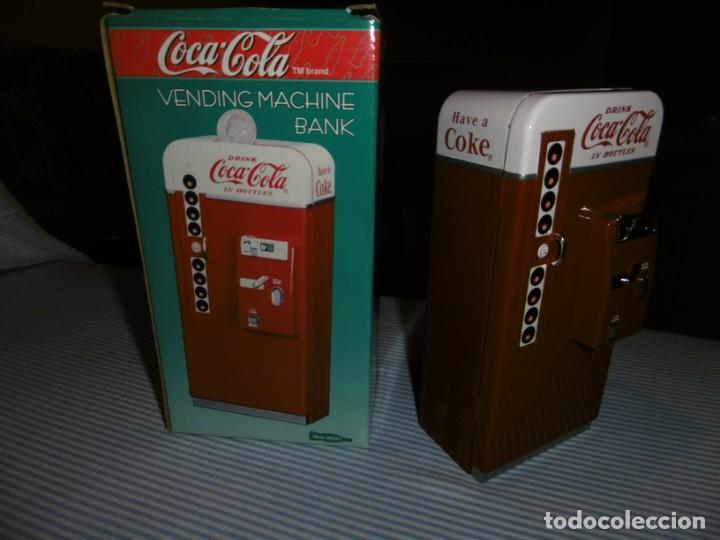 Coleccionismo de Coca-Cola y Pepsi: HUCHA COCA-COLA MÁQUINA VENDING CLÁSICA. METAL. ALTURA 19 CMS. CON CAJA ORIGINAL. - Foto 5 - 184653627