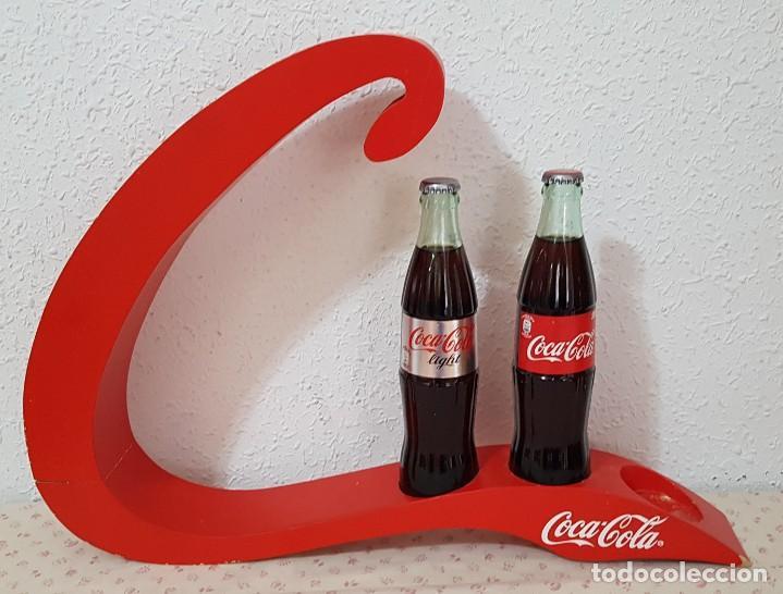 == EXPOSITOR DE COCA COLA LACADO EN ROJO CON DOS BOTELLAS (Coleccionismo - Botellas y Bebidas - Coca-Cola y Pepsi)