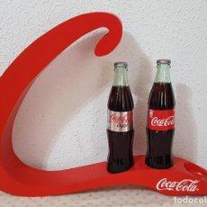 Coleccionismo de Coca-Cola y Pepsi: == EXPOSITOR DE COCA COLA LACADO EN ROJO CON DOS BOTELLAS. Lote 189534598