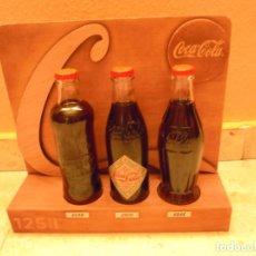 Coleccionismo de Coca-Cola y Pepsi: EXPOSITOR MADERA COCA COLA 3 BOTELLAS CRISTAL LLENAS EDICION LIMITADA 125 AÑOS. Lote 194134811