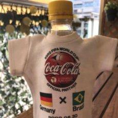 Coleccionismo de Coca-Cola y Pepsi: COCA-COLA. CAMISETA DISPLAY BOTELLA CONMEMORATIVA FINAL WORLDCUP 2002 YOKOHAMA. GERMANY-BRAZIL. Lote 194208128