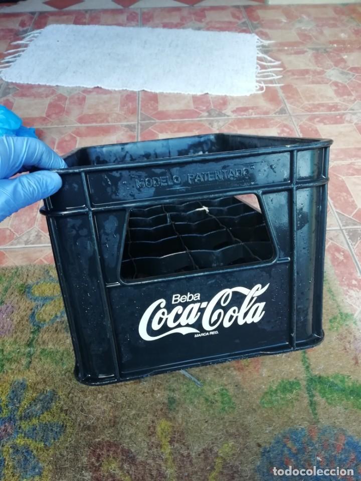 Coleccionismo de Coca-Cola y Pepsi: Antigua caja de botellas de refresco gaseosa Beba coca cola pequeñas color negro. - Foto 4 - 194603271