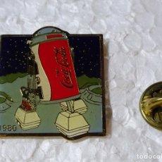 Collezionismo di Coca-Cola e Pepsi: PIN DE BEBIDAS. COCA COLA. MARCAJE AÑO 1985. INSPIRACIÓN PUBLICITARIA AÑO 1980. GUERRA GALAXIAS R2D2. Lote 202612727