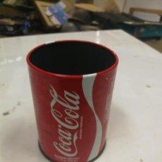 Coleccionismo de Coca-Cola y Pepsi: BOTE HOJA LATA PORTA LAPICES PLUMAS COCA COLA ESCRIBANIA AÑOS 70 BUEN ESTADO. Lote 203403208