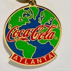 Coleccionismo de Coca-Cola y Pepsi: RARO LLAVERO COCA COLA ATLANTA. ORIGINAL 1994. DORADO Y ESMALTADO. IMPECABLE.. Lote 204141678