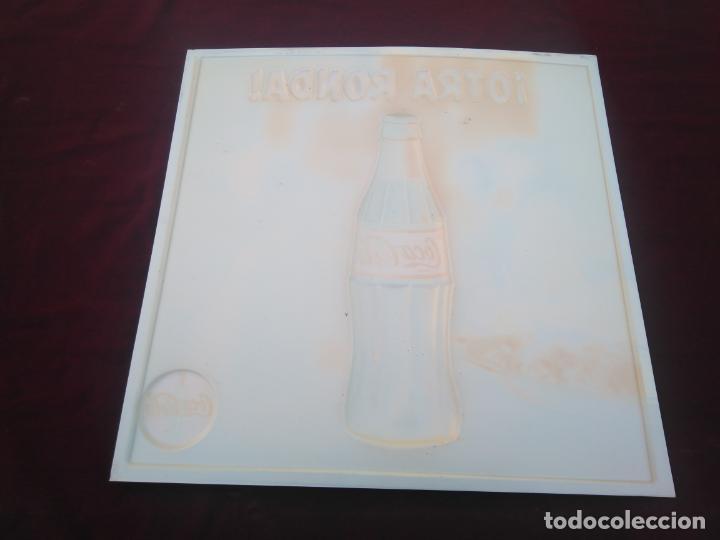 Coleccionismo de Coca-Cola y Pepsi: COCA COLA - ANTIGUO CARTEL EN RELIEVE, OTRA RONDA DE COCACOLA ¡¡¡ ÚNICO EN TODOCOLECCION !!! - Foto 6 - 212070376