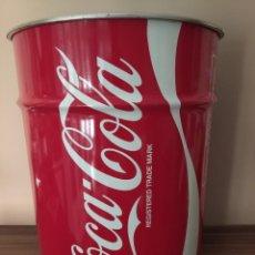 Coleccionismo de Coca-Cola y Pepsi: BIDÓN/TABURETE/PUFF DE COCA-COLA. MIDE 40 CM X 32 CM, ES DE CHAPA CON TAPA, GRAN TAMAÑO. DIFICIL.. Lote 213175207