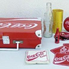 Coleccionismo de Coca-Cola y Pepsi: LOTE ARTÍCULOS DE PROMOCIÓN DE COCA COLA MALETA, VASO, POSA VASOS CORCHO Y PLÁSTICO, CAJA, BOTELLA. Lote 213896288