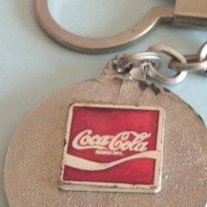Coleccionismo de Coca-Cola y Pepsi: LLAVERO COCA-COLA, CONSTA 7-V-77 EN ANVERSO Y REVERSO ESCUDO CON FLOR Y 4 BARRAS... Lote 215950338