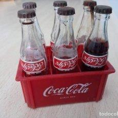 Coleccionismo de Coca-Cola y Pepsi: LOTE DE 6 BOTELLITAS DE COCA COLA ANTIGUAS Y CAJÓN EN IDIOMAS, ISRAEL. Lote 223526742