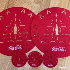 Coleccionismo de Coca-Cola y Pepsi: SET DE 2 SALVAMANTELES Y 3 POSAVASOS DE COCA COLA ROJO. Lote 232964220