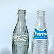 Coleccionismo de Coca-Cola y Pepsi: DOS BOTELLAS ANTIGUAS DE VIDRIO: UNA DE COCA COLA Y OTRA DE FANTA. LETRAS SERIGRAFIADAS. 20 CM.. Lote 233826990