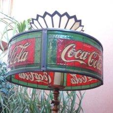 Coleccionismo de Coca-Cola y Pepsi: ANTIGUA LÁMPARA DE MESA COCA COLA . LATON PLASTICO EMPLOMADO . ESTILO TIFFANY AÑOS 70 COCACOLA. Lote 239505445