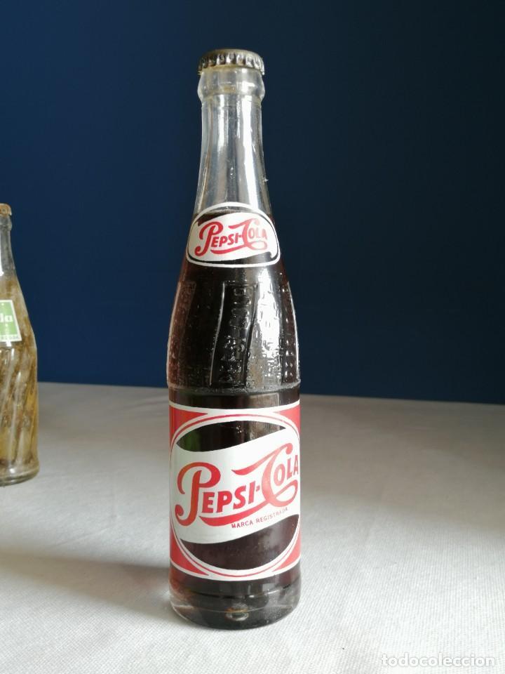 ANTIGUA BOTELLA PEPSI COLA. CONTIENE EL LÍQUIDO ORIGINAL. BUEN ESTADO. 24,3CM (Coleccionismo - Botellas y Bebidas - Coca-Cola y Pepsi)