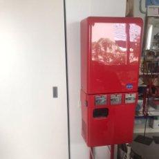Coleccionismo de Coca-Cola y Pepsi: MAQUINA DE VENDING LATAS URVANA. CAPACIDAD PARA 33 LATAS. FUNCIONAMIENTO MECÁNICO. MONEDERO 1 EURO. Lote 272197683