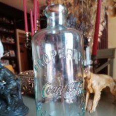 Coleccionismo de Coca-Cola y Pepsi: BOTELLA DE CRISTAL COCA COLA LETRAS EN RELIEVE 23 CM. Lote 277152013