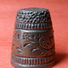 Coleccionismo de dedales: BONITO DEDAL METALICO - MOTIVOS FLORALES . Lote 37626570