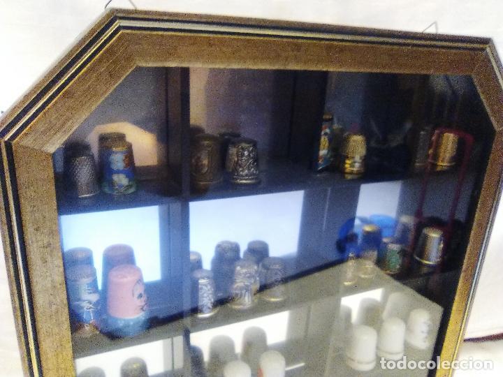 Coleccionismo de dedales: VITRINA O EXPOSITOR CON DEDALES DE COLECCIÓN, 39 DEDALES - Foto 2 - 70309473
