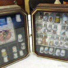 Coleccionismo de dedales: LOTE DE DOS VITRINAS O EXPOSITORES CON DEDALES DE COLECCIÓN, 38 DEDALES. Lote 70310473