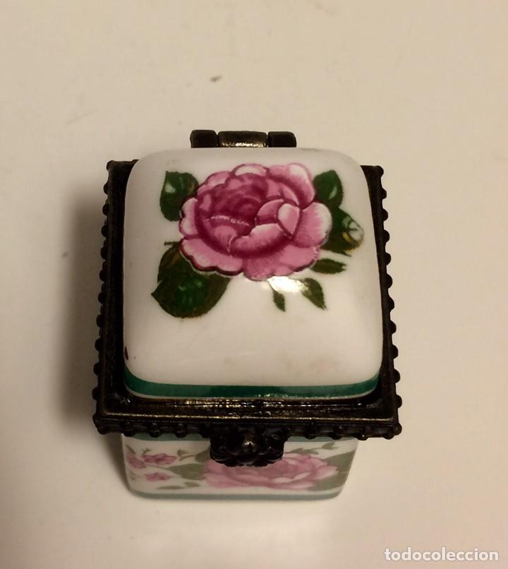 Coleccionismo de dedales: Caja de cerámica con decoración floral y ribete de metal, para dedal, de los años 60 - Foto 2 - 88096760