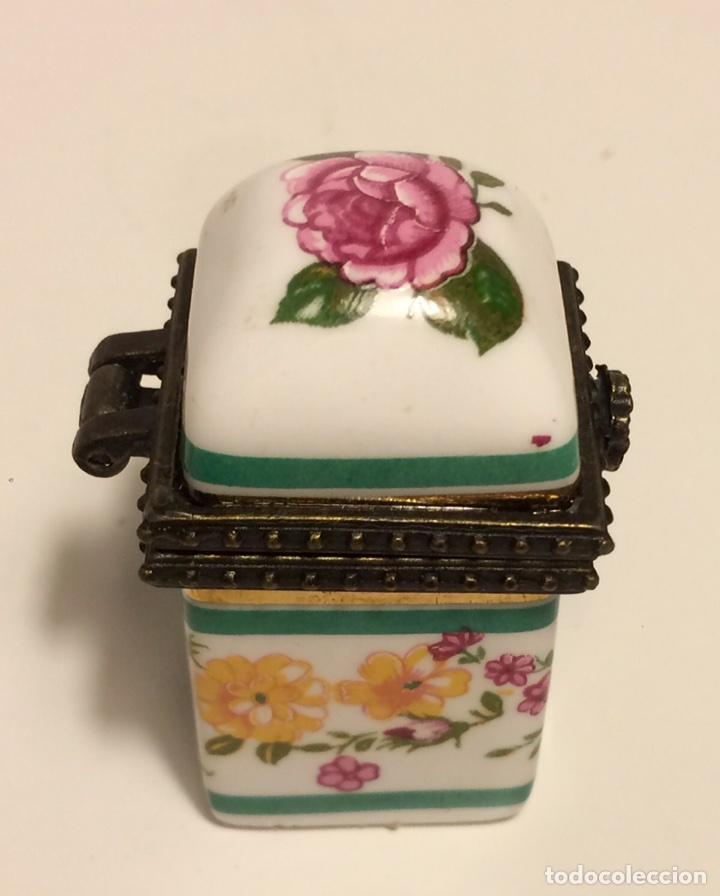 Coleccionismo de dedales: Caja de cerámica con decoración floral y ribete de metal, para dedal, de los años 60 - Foto 3 - 88096760