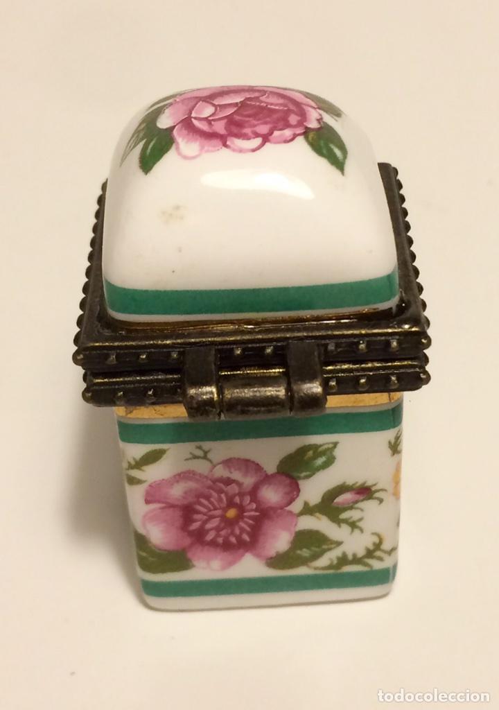 Coleccionismo de dedales: Caja de cerámica con decoración floral y ribete de metal, para dedal, de los años 60 - Foto 4 - 88096760