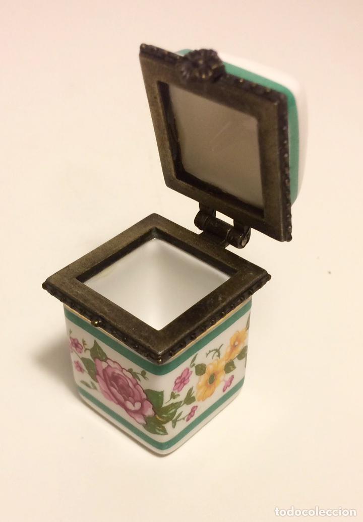 Coleccionismo de dedales: Caja de cerámica con decoración floral y ribete de metal, para dedal, de los años 60 - Foto 6 - 88096760