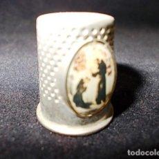 Coleccionismo de dedales: ANTIGUO DEDAL CON IMAGENES DE DOS CURAS. Lote 98195815