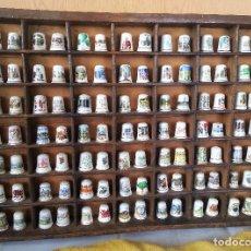 Coleccionismo de dedales: DEDALES. COLECCIÓN DE 98 UNID. EN ANTIGUO EXPOSITOR DE MADERA. OLD TIMBLES.. Lote 101012899