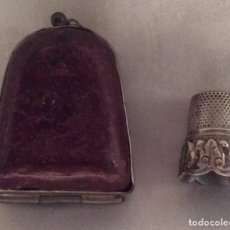 Coleccionismo de dedales: ANTIGUO DEDAL DE PLATA CON ESTUCHE. Lote 104198847