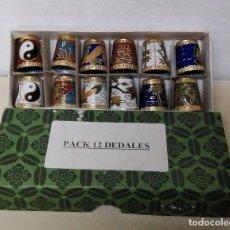 Coleccionismo de dedales: CAJA DE 12 DEDALES EN METAL. DECORACIÓN MODERNISTA. ART DECÓ. Lote 105991627