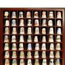 Coleccionismo de dedales: LOTE COLECCION 72 DEDALES DE PORCELANA MOTIVO REINO UNIDO INGLATERRA FAMILIA REAL EXPOSITOR MADERA. Lote 121615622