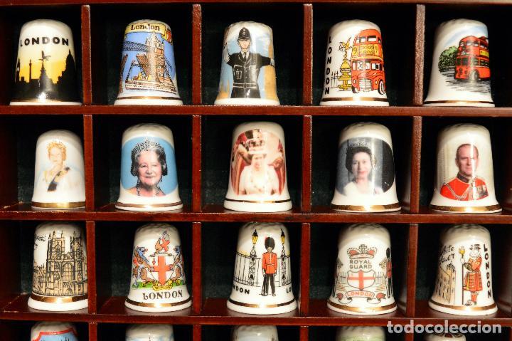 Coleccionismo de dedales: LOTE COLECCION 72 DEDALES DE PORCELANA MOTIVO REINO UNIDO INGLATERRA FAMILIA REAL EXPOSITOR MADERA - Foto 3 - 121615622