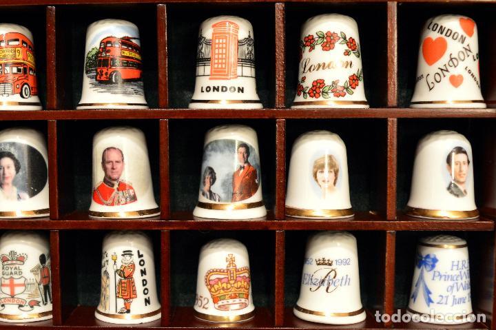Coleccionismo de dedales: LOTE COLECCION 72 DEDALES DE PORCELANA MOTIVO REINO UNIDO INGLATERRA FAMILIA REAL EXPOSITOR MADERA - Foto 4 - 121615622