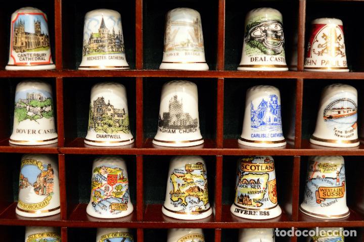 Coleccionismo de dedales: LOTE COLECCION 72 DEDALES DE PORCELANA MOTIVO REINO UNIDO INGLATERRA FAMILIA REAL EXPOSITOR MADERA - Foto 5 - 121615622