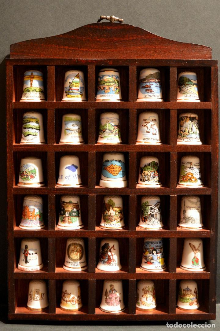Coleccionismo de dedales: LOTE COLECCION 30 DEDALES DE PORCELANA MOTIVO REINO UNIDO INGLATERRA EXPOSITOR MADERA - Foto 2 - 112628051