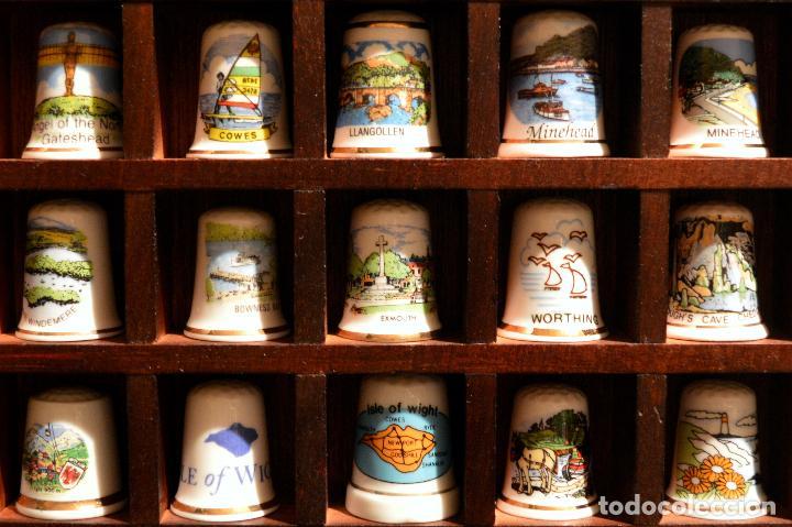 Coleccionismo de dedales: LOTE COLECCION 30 DEDALES DE PORCELANA MOTIVO REINO UNIDO INGLATERRA EXPOSITOR MADERA - Foto 3 - 112628051