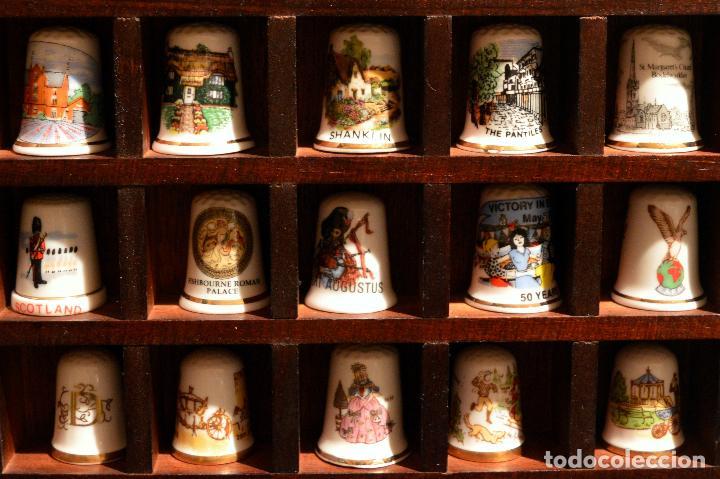 Coleccionismo de dedales: LOTE COLECCION 30 DEDALES DE PORCELANA MOTIVO REINO UNIDO INGLATERRA EXPOSITOR MADERA - Foto 4 - 112628051