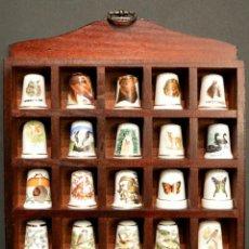 Coleccionismo de dedales: LOTE COLECCION 30 DEDALES DE PORCELANA MOTIVO ANIMALES CON EXPOSITOR MADERA. Lote 112631575