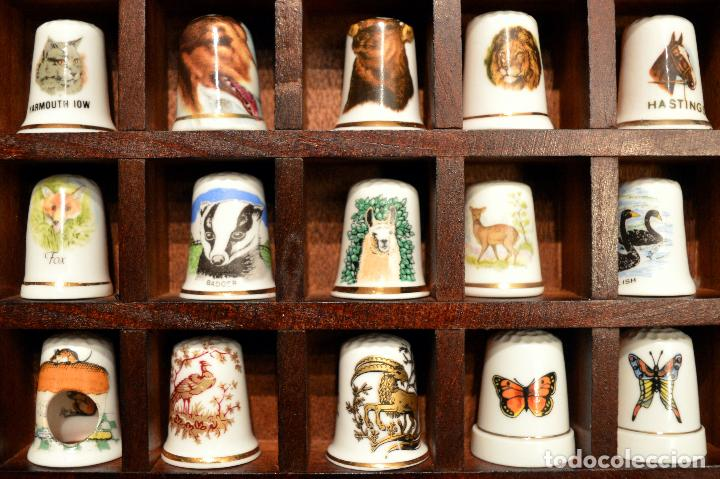 Coleccionismo de dedales: LOTE COLECCION 30 DEDALES DE PORCELANA MOTIVO ANIMALES CON EXPOSITOR MADERA - Foto 3 - 112631575