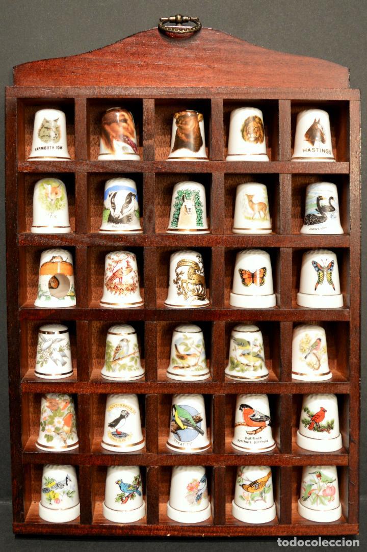 Coleccionismo de dedales: LOTE COLECCION 30 DEDALES DE PORCELANA MOTIVO ANIMALES CON EXPOSITOR MADERA - Foto 2 - 112631575